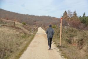 hombre corriendo por un camino de montaa